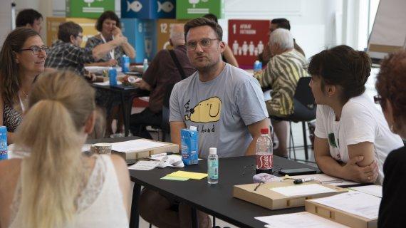 Borgersamling i Albertslund Kommune - mand sidder ved bord