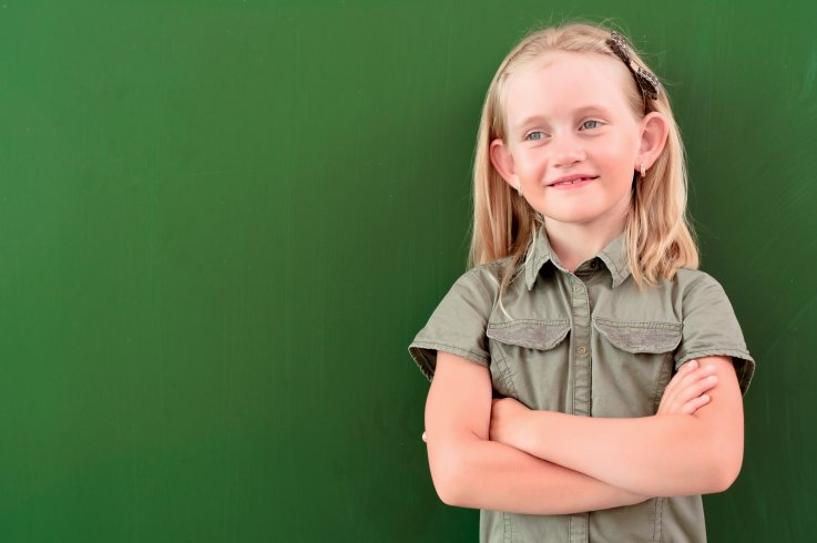 Lille pige, der står foran en tavle